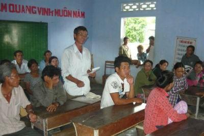 Ông Võ Đình Tuấn đang nêu thắc mắc về thủ tục để hưởng chính sách miễn giảm học phí cho học sinh, sinh viên