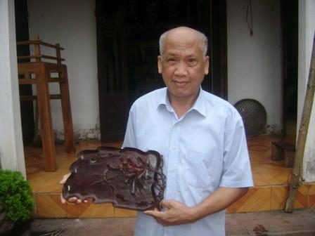 Nghệ nhân Nguyễn Thư Viện bên sản phẩm mộc