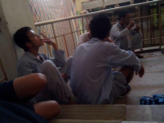 Thản nhiên hút thuốc giữa lối đi trong bệnh viện Xanh Pôn