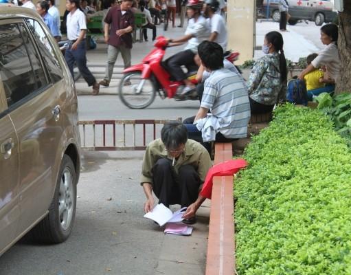 Mọi lứa tuổi đều thoải mái hút thuốc trong khuôn viên của Bệnh viện Bạch Mai