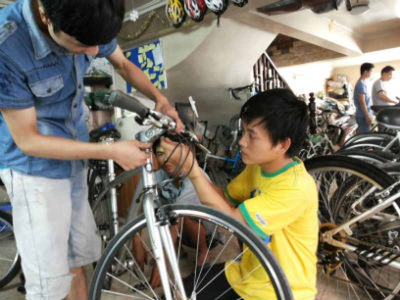 Tốt nghiệp Học viện Bưu chính Viễn thông nhưng nhân viên tên Anh của cửa hàng xe đạp Việt Phong lại chọn nghề… bán xe đạp