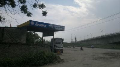 Một cây xăng cũng vô tư mọc lên ngay chân cầu Thanh Trì