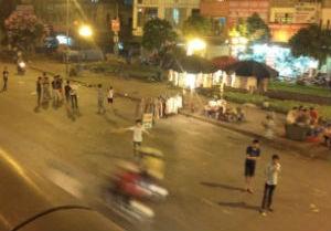 Những thanh niên bất chấp tính mạng đứng tràn xuống lòng đường để vẫy khách