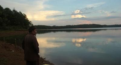 Ông già vớt xác bên Biển Hồ
