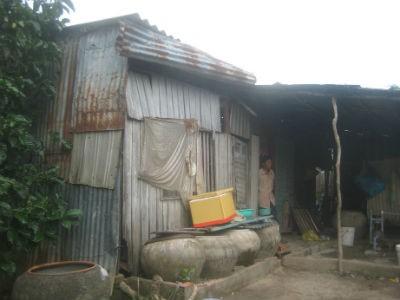 """Ngôi nhà lụp xụp của gia đình """"chưa đủ nghèo"""""""