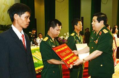 Đại tướng Phùng Quang Thanh trao tiền hỗ trợ cho các gia đình cán bộ, đoàn viên, CNVC-LĐQP nghèo, có hoàn cảnh khó khăn về nhà ở