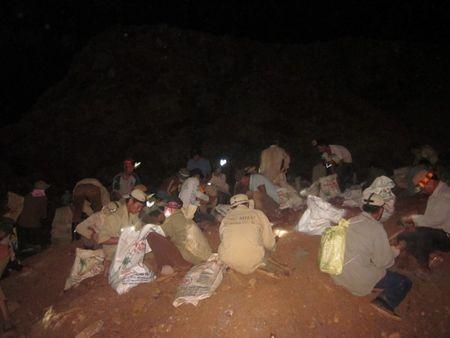 Cảnh tranh cướp quặng vàng tại mỏ vàng Bồng Miêu.
