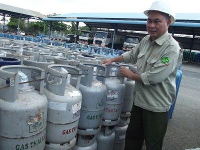 Vỏ bình gas Công ty TNHH Thái Lan chiếm dụng của nhiều công ty gas hoán cải thành thương hiệu Thái Lan tại kho hàng ở cảng Cát Lái, TP.HCM