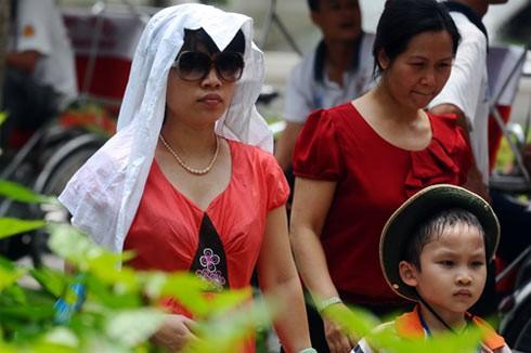 Người dân Hà Nội đang trải quả đợt nắng nóng nhất trong hàng chục năm. Ảnh: Hoàng Hà.