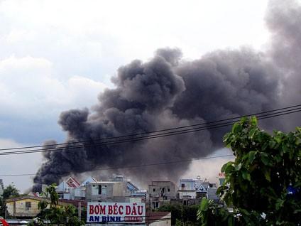 Cột khói đen ngòm xông lên, bao phủ KCN và nhà dân xung quanh