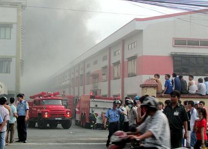 Cảnh sát phong tỏa khu vực lối vào phục vụ chữa cháy