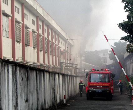 Cảnh sát chữa cháy nỗ lực tưới nước, ngăn lửa bùng lên