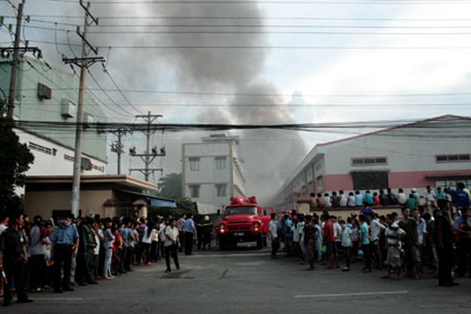 Hàng trăm công nhân hoảng loạn đứng bên ngoài