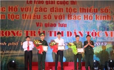 Chủ tịch UBND tỉnh Nghệ An Nguyễn Xuân Đường (ngoài cùng bên trái) trao giải tại buổi tổng kết