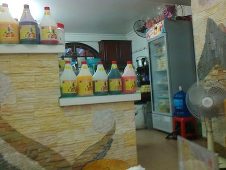 Những chai nhựa đựng các dung dịch pha nước giải khát đủ màu này độc hại đến đâu chưa kiểm chứng được