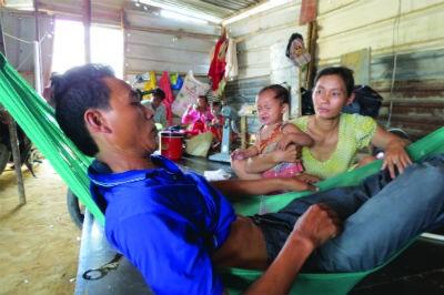 Thợ hồ Phong bị nhân viên Công ty Đông Cường đánh gãy 2 xương không có tiền nhập viện phải cầm cự lay lắt ở khu lán