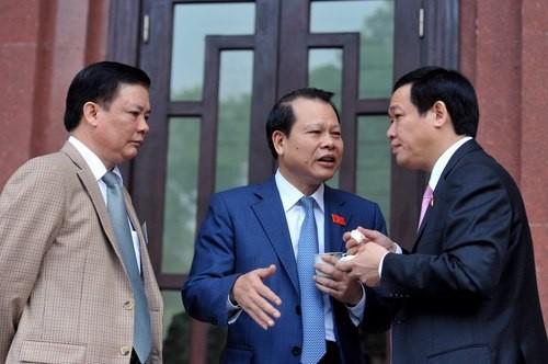 Phó thủ tướng Vũ Văn Ninh (giữa) trao đổi với ông Vương Đình Huệ (phải) và ông Đinh Tiến Dũng bên hành lang Quốc hội.