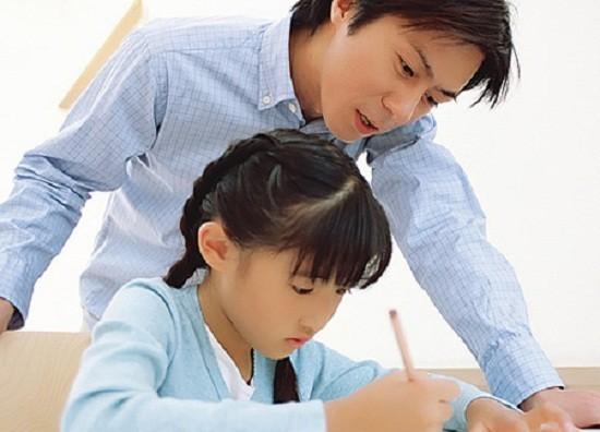 Sự oằn mình gánh nặng kỳ vọng của mẹ cha sẽ làm cho trẻ mất khả năng tập trung, dễ rơi vào trạng thái lo âu trầm cảm.