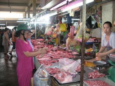 Thịt bán ở chợ truyền thống như thế này khó đảm bảo vệ sinh