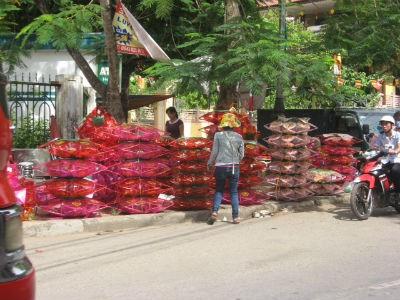 Đèn lồng trang trí  cho lễ phật đản được người dân bày bán hai bên đường dẫn đến những ngôi chùa lớn trong thành phố Huế