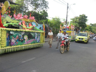 Đoàn xe diễu hành của các chùa ở Huế được trang trí sắc màu rực rỡ
