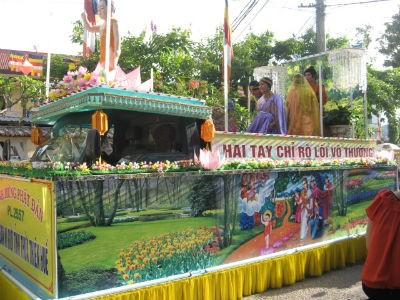 Diễu hành xe hoa là sự kiện được người dân Huế rất yêu thích