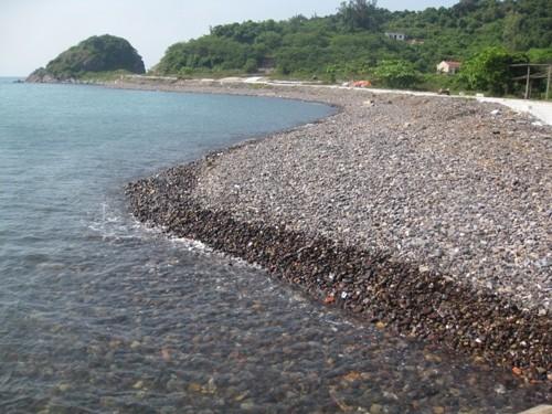 Bãi tắm đảo Song Ngư nguyên sơ, trong lành.