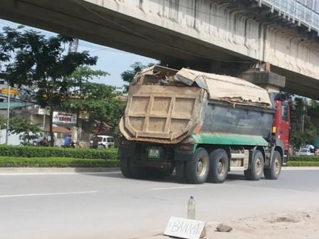 Chiều 26/5, chỉ trong thời gian ngắn, hàng loạt  chiếc xe chở vật liệu xây dựng tràn nắp thùng ầm  ầm chạy theo đường Tân Xuân để vào Hà Nội.