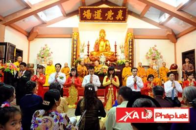 Nhiều bạn trẻ đã chọn hình thức tổ chức đám cưới trên chùa