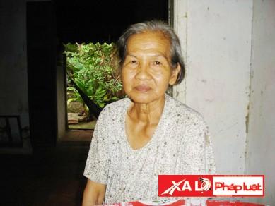 Người mẹ già buồn rầu kể chuyện gia đình bi thương