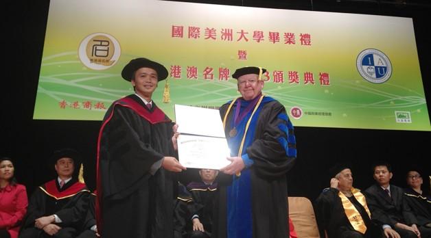Chủ tịch IAU, Tiến sỹ Guy Langvardt, trao Bằng Tiến sỹ danh dự cho Chủ tịch FLC Trịnh Văn Quyết.