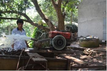 Gia đình Nguyễn Thị Long phải bơm nước giếng bị ô nhiễm lên làm sạch giếng để sử dụng