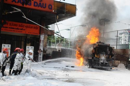 Cảnh sát nỗ lực khống chế ngọn lửa.