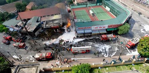 Toàn cảnh cứu hỏa vụ cháy nhìn từ trên cao.