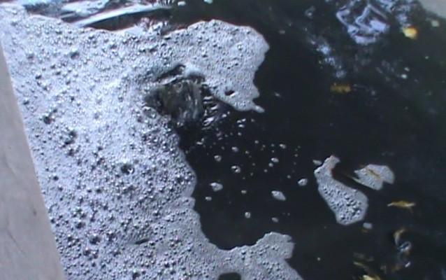 Nước trộn với xăng dầu phun lên từ cống thoát nước