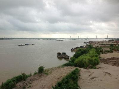 Ngay cạnh cầu Thăng Long và hệ thống bờ kè nắn dòng chảy sông Hồng, từ lâu nay vẫn mọc lên các bãi tập kết cát