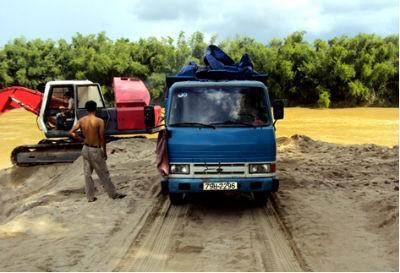 Một điểm khai thác cát của Cty TNHH Trần Bình trên Sông Cái thuộc huyện Diên Khánh