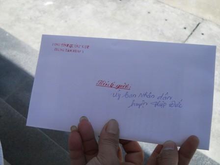 """Kết quả giám định kiểm tra tình trạng sức khỏe """"cậu nhỏ"""" của ông Nguyễn Tấn Hường được đóng dấu đỏ niêm phong kỹ."""