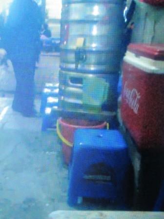 Những cốc bia thừa thế này sẽ được gom lại vào ca hay những chiếc xô nhựa rồi phù phép mang ra cho thực khách uống như bia mới rót từ bom ra