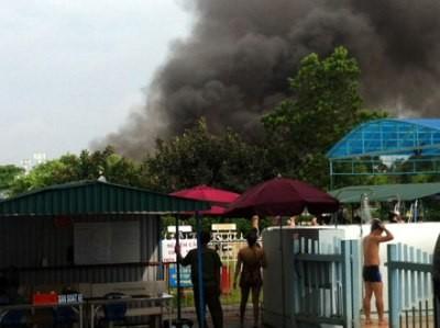 đám khói bốc lên từ vụ cháy.(ảnh:nguoilaodong.com)