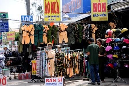 Trang phục của các lực lượng chức năng được bán tràn lan