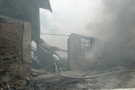 Tuy ngọn lửa đã dập tắt nhưng khói vẫn bốc lên mù mịt.