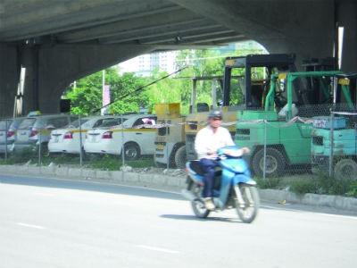 Một điểm trông giữ xe vẫn hoạt động dưới gầm đường cao tốc