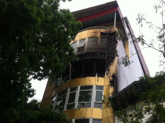 Tòa nhày xảy ra cháy trên tầng thượng