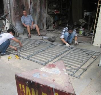 Một  cửa hàng lấn chiếm vỉa hè trên phố Đê La Thành