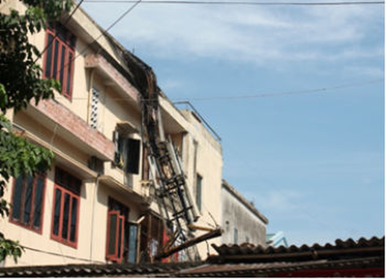 Trạm phát sóng trên tầng 3 bốc cháy và đổ sập xuống nhà bên cạnh