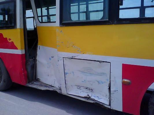 Sườn xe buýt cũng bị biến dạng không kém
