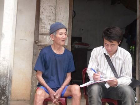 Cụ Quách Công Khanh (82 tuổi) đang kể lại sự tích hòn đá mài