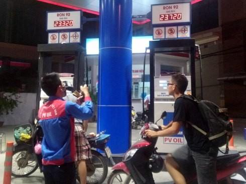 Các trạm bán lẻ của PV Oil điều chỉnh giá xăng RON 92 lên 23.720 đồng một lít, kém mức tối đa 36 đồng vào 20h ngày 14/6.