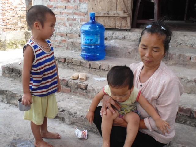 Vì quá thương con dâu và 2 đứa cháu nội bà Nguyễn Thị Quế chốc lại ôm 2 đứa vào lòng khóc nức nở.